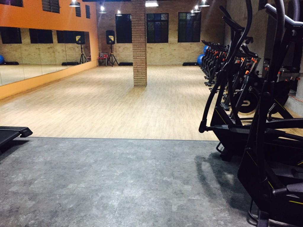 Gimnasio URBAN FITNESS Equipado por TECNOSPORTS una amplia Sala de Fitness Grupal y Indoor Cycle
